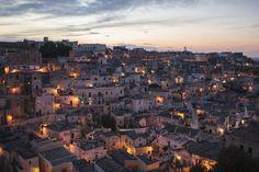 """【世界遺産】南イタリアのマテーラ、幻想的な""""洞窟住居""""の夜(画像)"""