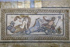Bülbül dağı eteklerindeki kazıları yaklaşık 100 yıldır devam eden Efes Yamaç Evler soyluların görkemli sarayları ve  dönemini yansıtan mozaikleri ile ziyaretçilerini bekliyor.