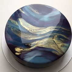 Mirror glazed cake recipeMuselyThis mirror glaze is wonderfully sweet and easy to make.This mirror glaze is wonderfully sweet and easy to make. Perfect for coating desserts.Mirror glaze cakes from Ksenia Penkina are Pretty Cakes, Beautiful Cakes, Amazing Cakes, Marble Cake, Glossier Cake, Glaze For Cake, Galaxy Cake, Mousse Cake, Cake Decorating Techniques