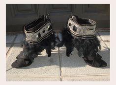 BLACK SWAN: Tira bordada con adorno en hilo plateado y dorado, adorno de espejo sobre fleco de pluma marabú larga en negro.