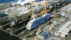 Lisnave  Navio de passageiros em reparação na Doca 22.