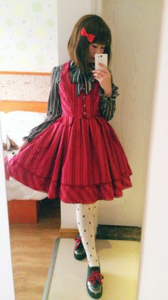 I normally don't like Lolita fashion but this one is really cute~!