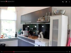 Ladekasten (of staande kast) neerzetten voor extra ruimte -> de lades gebruiken voor bijvoorbeeld voorraad en de bovenkant gebruiken als werkblad.