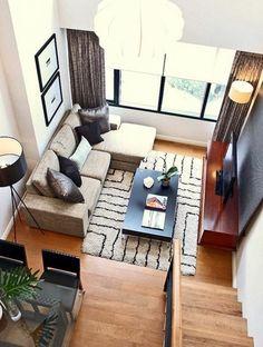 aménager un petit salon sol en bois, tapis beige et noir