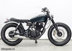 Yamaha sr 500 by wrenchmonkees media gallery. featuring 11 yamaha sr 500 by wrenchmonkees high-resolution photos Kawasaki Cafe Racer, Yamaha Cafe Racer, Cafe Racers, Motos Kawasaki, Yamaha 125, Yamaha Sr400, Honda Scrambler, Cafe Racer Build, Scrambler Motorcycle