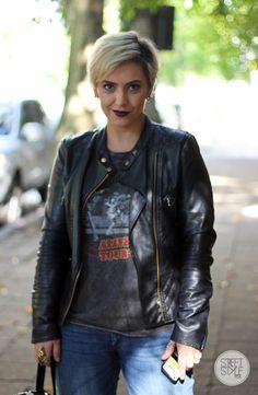Street Style em POA: look com jeans, jaqueta de couro e destaque para o batom escuro