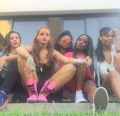 Rihanna wears a beaded bra as she watches Drake at Coachella Bff Goals, Best Friend Goals, Squad Goals, Estilo Rihanna, Rihanna Style, Afro, Hip Hop, Youre My Person, Bad Gal