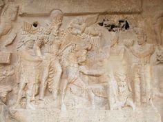Nel 237 d.C. l'imperatore Valeriano cadde prigioniero del re Shapur I: un successo clamoroso per il sovrano sassanide, che volle celebrarlo in una serie di rilievi trionfali a  Naqsh-e Rustam, presso Persepolis. Shapur a cavallo trascina per mano l'imperatore romano umiliato e riceve l'omaggio di Filippo l'Arabo, uno dei suoi successori