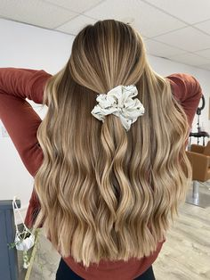 Medium, Beachy Waves with Ombre Highlights - 40 On-Trend Balayage Short Hair Looks - The Trending Hairstyle Blonde Hair Looks, Brown Blonde Hair, Blonde Honey, Honey Hair, Dark Blonde, Teen Hairstyles, Summer Hairstyles, School Hairstyles, Straight Hairstyles