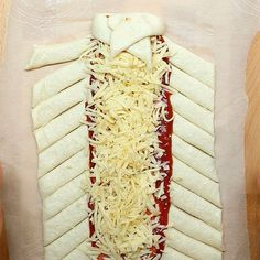 Upgrade Your Friday Night Pizza Nights With This Easy-To-Make Pizza Braid - - Makes an easy dinner or a quick game-night appetizer. Pilsbury Pizza Dough, Pillsbury Pizza Crust Recipes, Pillsbury Dough, Pizza Recipes, Dinner Recipes, Skillet Recipes, Drink Recipes, Night Food, Game Night