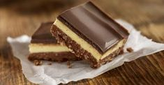 Classic Layered Nanaimo Bars Recipe These Nanaimo bars are delicious no-bake three layer cookie bars. The layers are made with pudding, chocolate, and cookie crumbs. Coconut Desserts, No Bake Desserts, Vegan Desserts, Dessert Recipes, Vegan Food, Best No Bake Cookies, Biscuits Graham, Nanaimo Bars, Kolaci I Torte