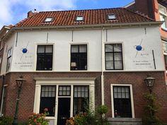 Samuel Goudsmit en George Uhlenbeck ontdekten in Leiden dat elektronen 'spin' hebben.