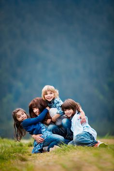 The color and clarity in this picture is amazing. This so reminds me of me, Hope, Brooke, and Mommy. Even how the little one is blonde. Family Photo Sessions, Family Posing, Family Portraits, Family Photos, Poses For Photos, Love Photos, Photography Photos, Family Photography, Cute Family