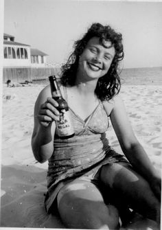 51 Interesting Photos That Show How People Drank Beer in the Past ~ vintage everyday Vintage Beach Photos, Vintage Pictures, Vintage Photographs, Old Pictures, Old Photos, Vintage Girls, Vintage Love, Vintage Beauty, Bikini Rouge