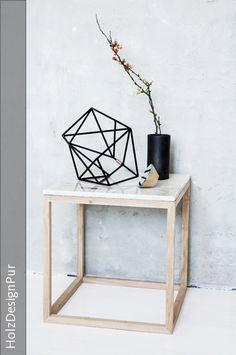 Moderner Beistelltisch, Kaffeetisch oder Nachttisch im dänischen Design. Der effektvolle Kontrast von Eichenholz und Marmor macht diesen Designer-Tisch zu einem optischen Highlight.