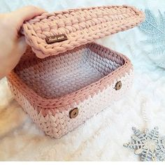 Crochet basket and wicker lessons for novices Crochet Storage, Crochet Box, Crochet Basket Pattern, Knit Basket, Crochet Purses, Crochet Crafts, Crochet Patterns, Confection Au Crochet, Crochet Decoration