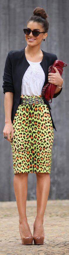 #outfit #skirt Saia: Just Cavelli (para Farfetch Brasil) / T-shirt: Riachuelo / Blazer: Camila Coelho / Sapato: Saint Laurent / Bolsa: Chanel / Óculos: Lema 21