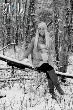 Snow maternity.  Beautiful winter shoot Pregnancy Announcement Photography, Maternity Photography Poses, Snow Photography, Maternity Poses, Winter Maternity Pictures, Family Maternity Photos, Winter Pictures, Newborn Photos, Christmas Pregnancy Photos