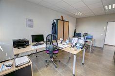Nivelles zoning Sud, bureau de 19m², 2 parkings compris - 300€ - Rue de l'Industrie 17D, 1420 NIVELLES - Nivelles zoning Sud, espace bureau de 19m², 2 parkings compris. PREST immo vous propose un bureau rénové en 2012 dans un espace multi-entreprises, situé dans le Zoning Sud, à 500m des grands axes (Ring R4 vers la RN25 (Wavre), A54 (Charleroi) et la E19 (Bruxelles/Paris), à 3 min du centre-ville et du Shopping de Nivelles, à proximité de snacks, restaurants, divers commerces…