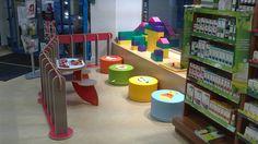 Pharmacie. #espaces #enfants #barrières #table #poufs #assises #animaux #briques #pharmacie