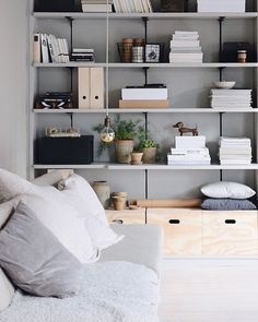 8 Simple Bedroom Storage Design Ideas With Less is More Concept – Design & Decor Home Living Room, Living Room Decor, Decor Room, Home Decor, Estilo Interior, Interior Styling, Storage Design, Storage Ideas, Storage Benches
