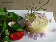 Wiesenschaumkraut-Flan mit Gänseblümchen-Feldsalat und Kirschtomaten - Mario´s Fire Food & Fine Food Impressum: http://www.mario-kaps.de/impressum/