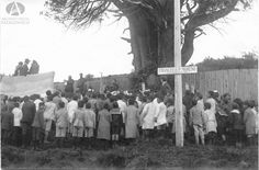 Aniversario del fallecimiento de Francisco Moreno, orador Primo Capraro, a su derecha Ernesto Serigos y alumnos de la Escuela 16, Año 1921 (Colección Capraro en Archivo Visual Patagónico)