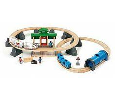 Brio treinen Metro city railway set 33514  Deze BRIO set bevat 2 metrotreinen, een station, een tunnel en diverse BRIO figuurtjes. Duw de treinen om de licht en geluidseffecten te activeren. In de tunnel gaan de lichten aan als de trein erin gaat.  Afmetingen als de baan is uitgelegd: 890 x 690 mm.   Set is combineerbaar met alle BRIO treinen en de BRIO houten spoorwegen.  http://www.brio-trein.nl/brio-treinen-33514-metro-city-railway-set.html