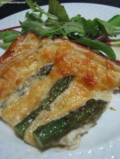 Folhado de aspargos... massa folhada, aspargos (cozidos por 2 minutos em água com sal. *deixe as pontas dos aspargos para fora da água), queijo muçarela e queijo parmesã e ovo