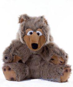 Baltasar is een grote, harige beer met een echte 'berige' uitstraling. Handpop beer 48 cm groot.