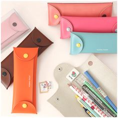 The Folding Pocket is a very unique pouch that can be opened from the top or the side. You can pretty much customize the pocket in any way you want! You can use this Folding Pocket as a pen case, to store your cosmetics or even as a makeup brush pouch! Diy Projects To Try, Sewing Projects, Filofax, Diy Sac, Pencil Boxes, Pen Case, Leather Projects, Small Leather Goods, Pen And Paper