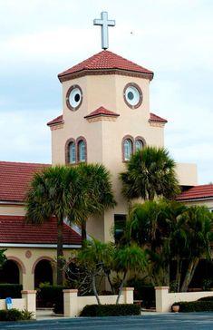 ¿Pero es que nadie se dio cuenta a la hora de hacer los alzados o la maqueta de que la torre de la iglesia parece un pollo despistado?