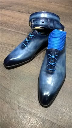 Patine deep blue toute en nuance pour ce one cut et sa ceinture Fisnbury #patina #shoeshine #frenchtouch #menstyle #shoesfashion #shoesaddict #paris #finsbury