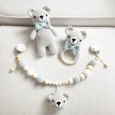 Mal was anderes als kleine Häslein ;-) Ein Bärchen-Set verlässt mich am Montag @katinkaaa_ #häkeln #crochet #heklet #virka #gehäkelt #bär #teddy #teddybär #rassel #schmusebär #kinderwagenkette #grau #weiß #blau #holz #baby2016 #babyboy #handmade