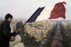 Un jour en #France. #1968. Le 30 mai de la place de la #Concorde à la place de l'#Étoile 1 million de personnes défilent  sur les #ChampsÉlysées en faveur du #GénéralDeGaulle le drapeau tricolore flotte de nouveau. Photo : René vital / #ParisMatch - plus d'#archives sur @parismatch_vintage by parismatch_magazine