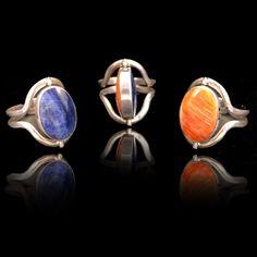 Deze bijzondere ring is van zilver en heeft 2 prachtige edelstenen. Aan een kant heeft een lapis lazuli steen en aan de andere kant en spondylus steen