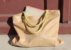 Wunderschöne Shopping-Bag aus weichem beigen Kalbsleder und gelben rundgenähten Lederhenkeln.    Die Tasche ist ideal für deinen Einkauf, das Trans...