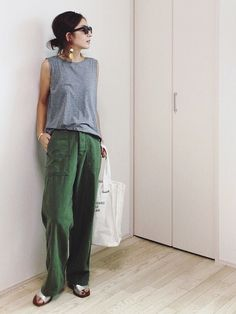 Green pants are seriously chic fashion staples that must be incorporated into your wardrobe capsule this season. Get inspired with these green pants outfits! Mode Outfits, Grunge Outfits, Casual Outfits, Fashion Outfits, Womens Fashion, Tokyo Street Fashion, Fashion 2020, Green Pants Outfit, Look Street Style