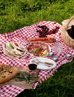 It's summer, which means picnic time! Why not make this activity even better and customize it with a old-fashioned picnic basket, colourful blankets, fine. Parfait, Picnic Style, Picnic Theme, Picnic Parties, Outdoor Parties, Outdoor Fun, Boite A Lunch, Summer Picnic, Spring Summer