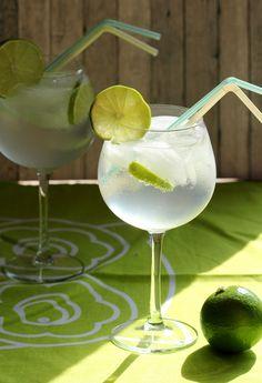 Een sprankelende vlierbloesemcocktail, het smaakt heerlijk zomers!  Dit heb je nodig per persoon: • 40 ml wodka • 20 ml vlierbloesemsiroop • 250 ml tonic • 1 limoen  • ijsblokjes  Bereidingswijze: Schenk de wodka en de vlierbloesemsiroop in een groot wijnglas met ijs. Pers een halve limoen in het glas. Snij de andere helft in schijfjes en voeg alle schijfjes op één na toe. Vul met tonic en roer. Garneer een schijfje limoen op de rand van het glas. Bron: receptkaart Ikea #cocktail
