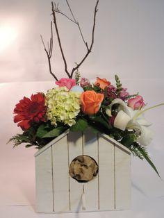 Casa pajarito: Una hermosa base de pino repleta de flores y follaje. Base pajarera en pino. Solicítalo ya: Teléfono +571 2159030 o al correo electrónico clientes@lapetala.com Precio $ 150.000