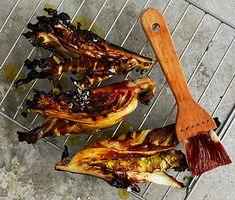 På grillen blir spetskålen härligt mjuk. Välj helst en söt barbecuesås för den rätta, karamelliga effekten. Kålen går även bra att tillaga i ugnen. Utmärkt som tillbehör till grillat kött eller som grönt tillbehör till en god korv.