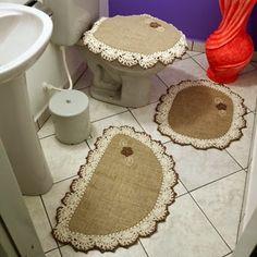 Jogo de Tapetes para Banheiro, 3 peças. Medidas:      Tapete Meia Lua 75 x 50 cm   Tapete Oval 65 x 50 cm        Capa Tam...