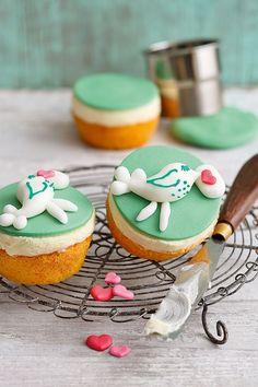 """""""LIEBE GRÜSSE""""-CUPCAKES - Ihr möchtet einer besonderen Person Person liebe Grüße hinterlassen? Dann schaut euch doch mal diese entzückenden Cupcakes an: Verziert mit süßen Brieftauben, kommen eure Grüße garantiert gut an."""