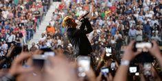 """Il fisico, il colore improbabile dei capelli, le rughe. Ma quando Bono Vox alle 20.30 salta sul palco per """"Miracle (of Joey  Ramone)"""", la canzone che apre il concerto, facendo esplodere il  PalaAlpitour, e la band dà sfogo  al sound crudo e potente dell'omaggio al punk rock"""
