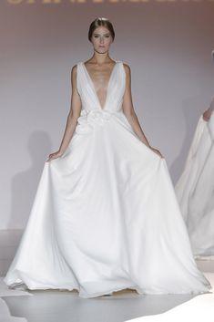 Juana Martín #azahar #pasarelagaudí2014 Most Beautiful Wedding Dresses, Beautiful Gowns, Beautiful Bride, Yes To The Dress, I Dress, Dress Vestidos, Fashion Books, Bridal Style, Perfect Wedding