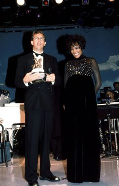 Kevin Costner and Whitney Houston. Very beautiful. Kevin Costner, Whitney Houston Young, The Bodyguard Movie, Beverly Hills, Black Actors, Female Singers, Famous Faces, American Singers, Music Artists