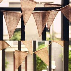 13 banderas decorativas de yute que harán el photocall de tu boda muy especial. Medidas bandera individual: 17 x 21 cm