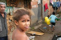 Favela do Mandela, na zona norte do Rio, é uma das mais pobres da cidade, com esgoto correndo em meio às casas (Foto: Vladimir Platonow/Abr) Crise enviou 4,4 milhões de famílias para as classes D e…