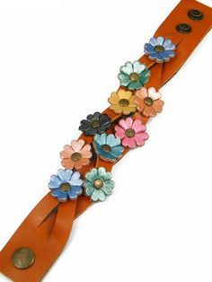 : JJeShopping, Leather Hair Accessories, Brooches, Bracelets, Key Chains, Charms Leather Art, Leather Cuffs, Leather Jewelry, Diy Hair Accessories, Leather Accessories, Art Du Cuir, Wooden Jewelry, Handmade Jewelry, Leather Flowers